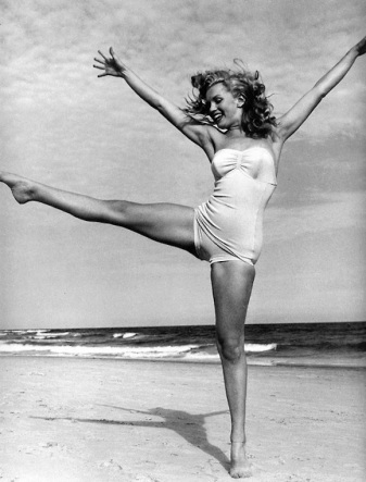 Marilyn-Monroe-dance-on-the-beach